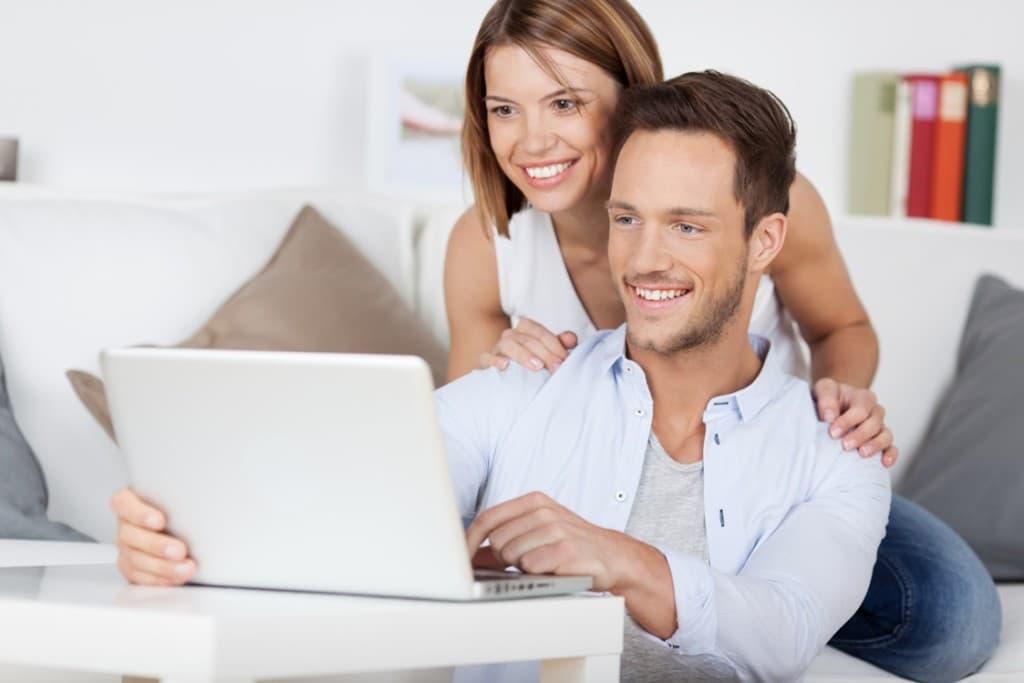 6パソコンを教える男性