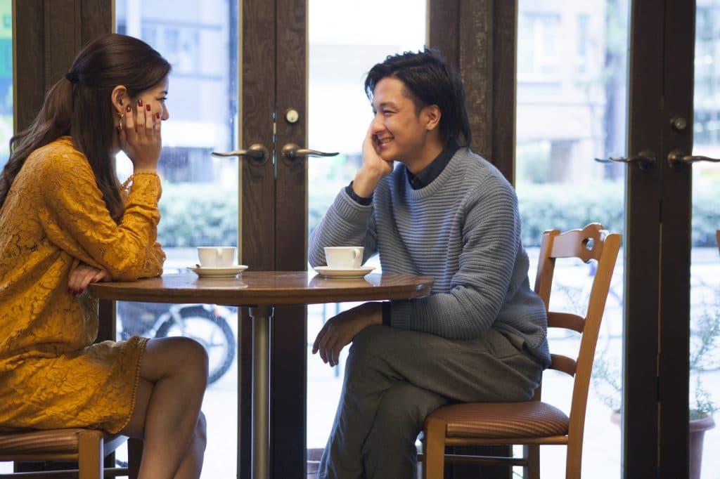 カフェで見つめ合うカップル