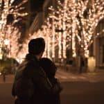 イルミネーション前で抱き合うカップル