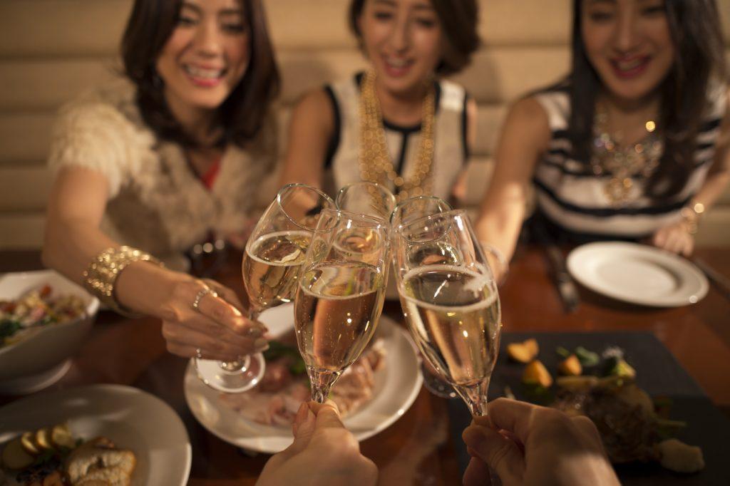 飲み会や合コンに積極的に参加する